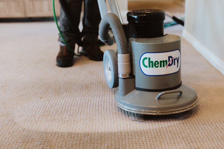 tech performing carpet cleaning taylorsville ut